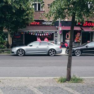 Auto mit Fahnen