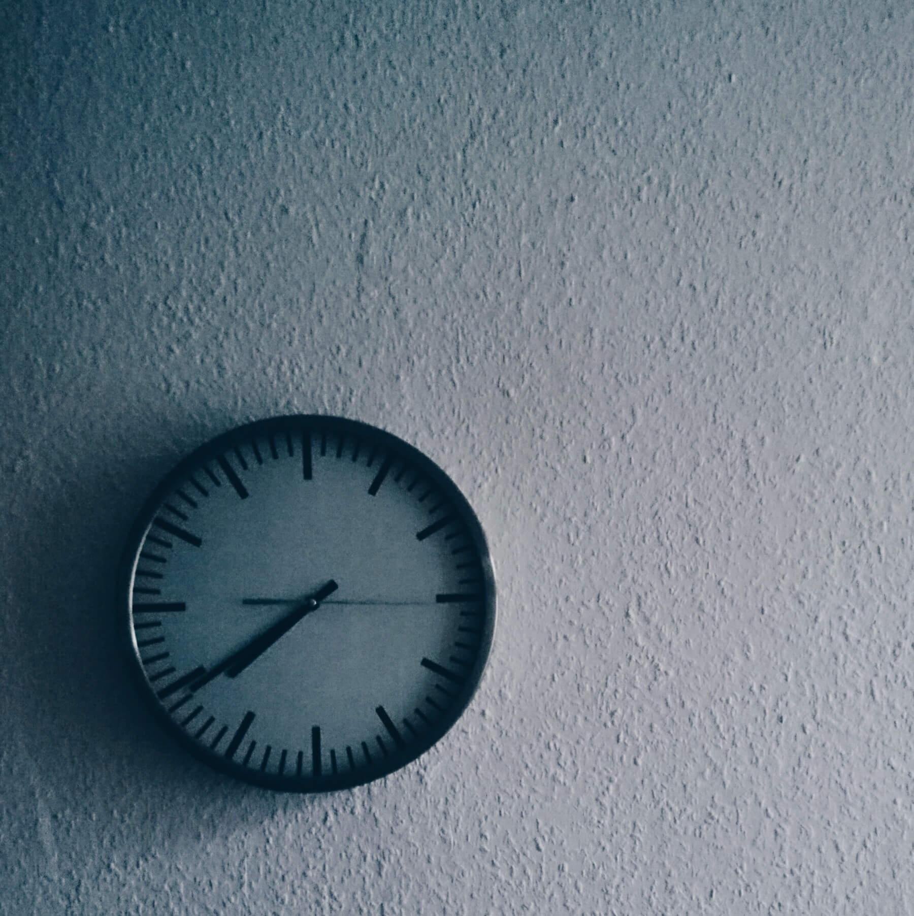 Wanduhr 7:40 Uhr