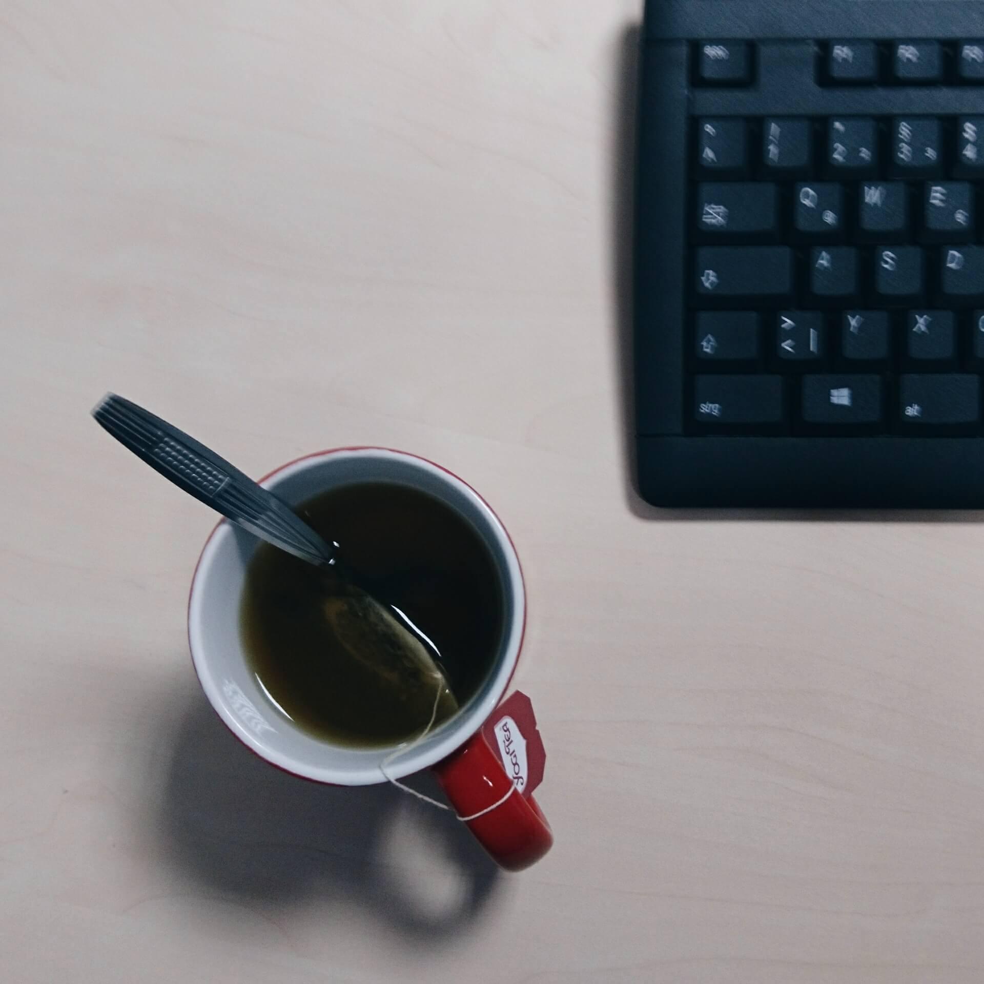 Tastatur und eine Tasse mit Tee