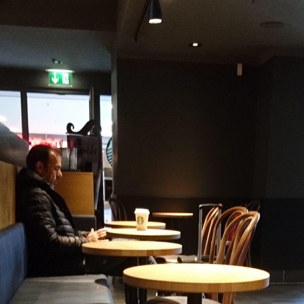 Fußballtrainer Jos Luhukay bei Starbucks