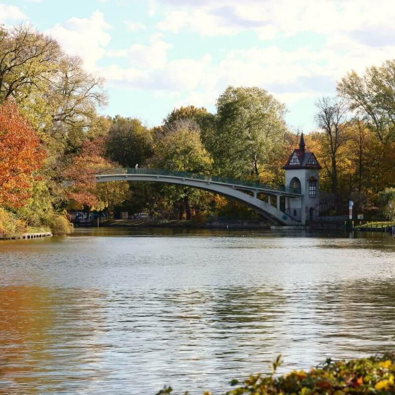 Brücke zur Insel der Jugend im Treptower Park Berlin